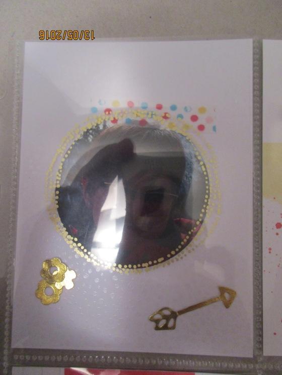 Hier habe ich eine Folie mit Goldemblem über das Foto gelegt. Die Karte drunter schimmert leicht
